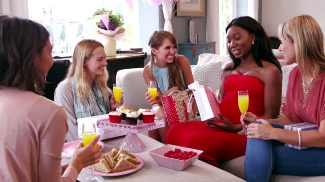 Freundinnen-Treffen-für-Baby-Dusche-Ball-R3D