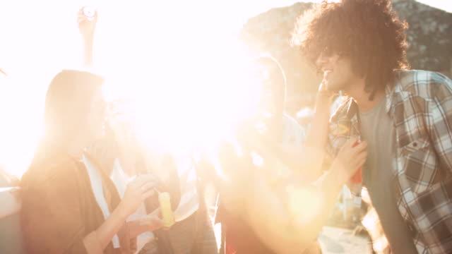 Glücklich-hipster-Freunde-feiern-mit-Blasen-vor-ein-Sonnenuntergang