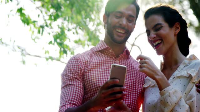 Par-con-teléfono-móvil-teniendo-vaso-de-bebida