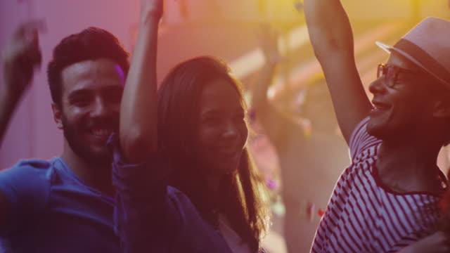 Gente-bailando-divirtiéndose-y-levantando-las-manos-en-el-club-nocturno-