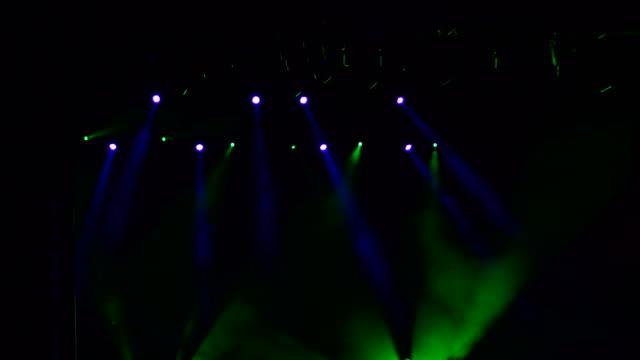 Luz-azul-y-verde-en-el-escenario-
