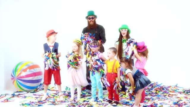 Divertida-fiesta-infantil-con-cintas-de-colores