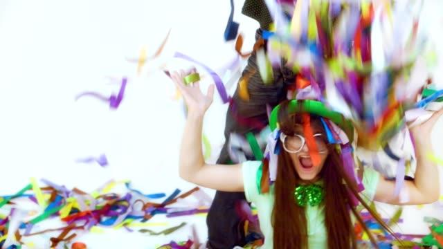 Dos-personas-divertidas-vomitar-cintas-de-colores-poco