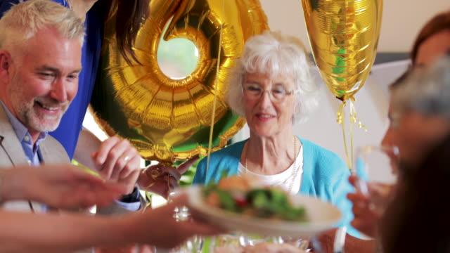 Überraschungs-Dinner-Party-für-Gran