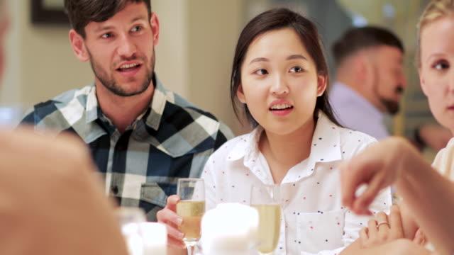 Socializar-en-una-boda-de-amigos