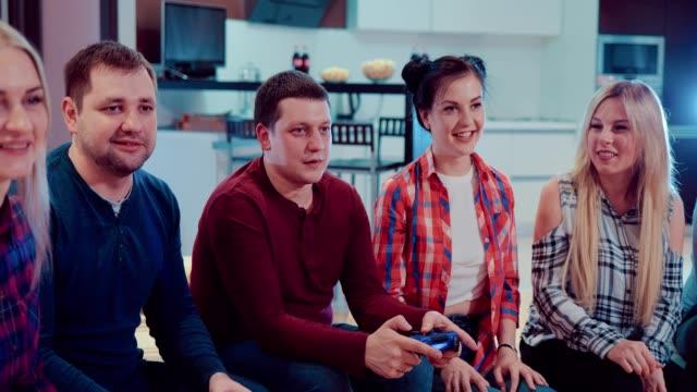 Parejas-felices-en-amor-personas-relajarse-jugando-videojuegos-y-divertirse-interior-en-piso-moderno