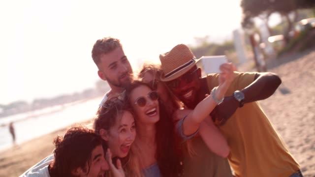 Multi-ethnischen-Hipster-Freunde-unter-Selfies-am-Strand-im-Sommer