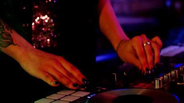 Dj-chica-jugando-en-un-club-nocturno-en-cámara-lenta