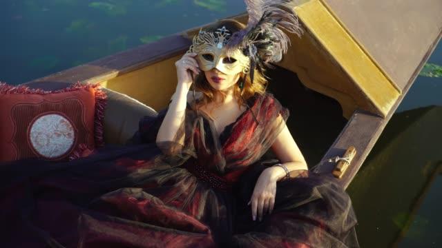 Hermosa-mujer-en-una-máscara-de-carnaval