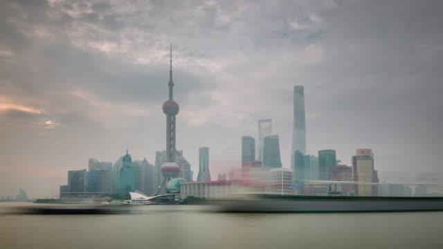 niebla-al-atardecer-China-shanghai-panorama-de-paisaje-urbano-tráfico-río-Bahía-4k-lapso-de-tiempo