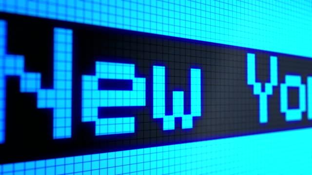 """Colocar-Fondo-animado:-ejecutando-líneas---ticker-texto:-color-de-luz-azul-\""""Londres-Nueva-York-Singapur-Hong-Kong-Tokio-Zurich\""""-en-la-pantalla-en-negro-Centros-financieros-mundiales-Píxeles-Seamless-loop-de-4-k-"""