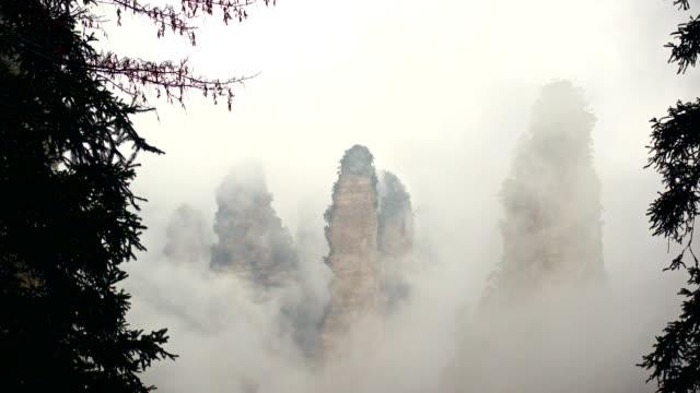 Mountain-fog-surrounds-the-Zhangjiajie-National-Park