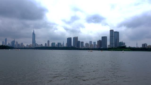 Rascacielos-de-la-ciudad-moderna-de-Nanjing-con-agua-del-lago-de-Xuanwu-de-la-ondulación