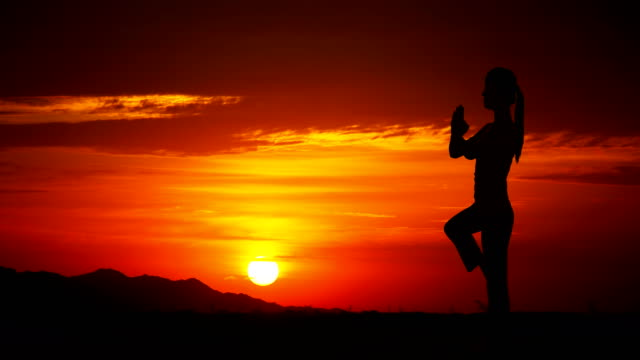 sunrise-al-aire-libre-de-yoga-chica