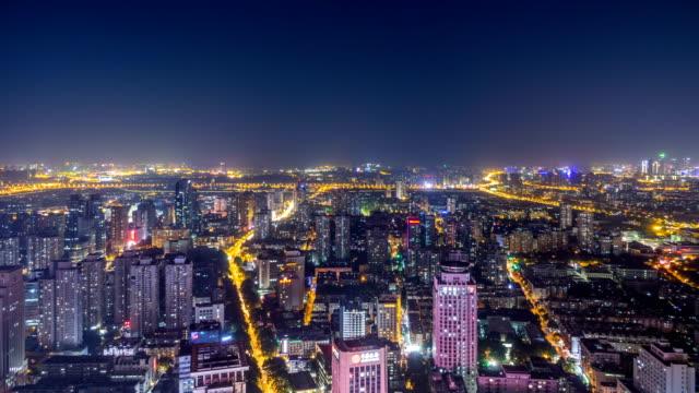 Lapso-de-tiempo:-vista-aérea-del-paisaje-del-horizonte-Nanjing-de-día-a-noche-hora-de-acometidas-China