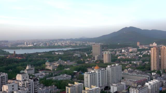 Horizonte-de-Nanjing-con-la-torre-del-templo-de-Jiming-puesta-de-sol