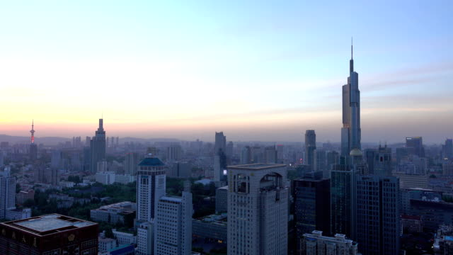 Horizonte-de-Nanjing-con-Zifeng-torre-puesta-de-sol