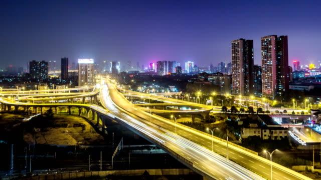 Lapso-de-tiempo-del-paso-a-desnivel-puente-en-WuHan-en-la-noche