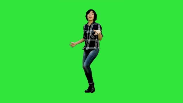 Exitosa-joven-mujer-de-negocios-feliz-por-su-éxito-en-una-pantalla-verde-Chroma-Key