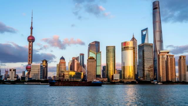 Shanghai-China---01-de-noviembre-de-2016:-A-puesta-de-sol-a-Crepúsculo-Time-lapse-de-la-vista-panorámica-de-ocupado-el-río-Huangpu-y-modernos-rascacielos-en-el-lado-este-del-río-en-Lujiazui-Pudong-New-Area-mirando-desde-el-Bund-en-el-lado-oeste-del-río-en-el-centro-de-Shanghái-