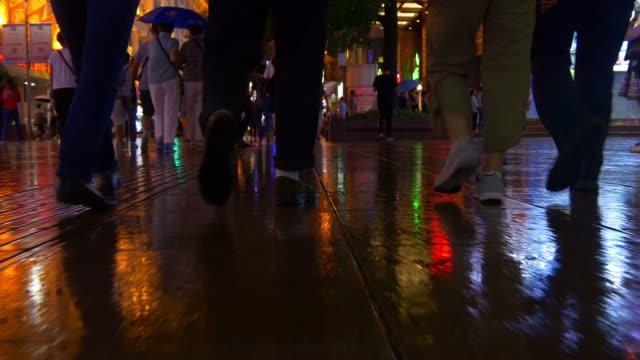 Shanghai-ciudad-noche-tiempo-iluminado-famosa-peatonal-caminando-popular-china-panorama-4k