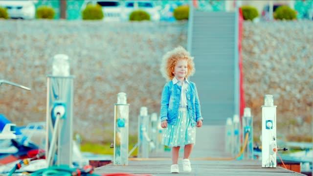 Niño-pequeño-paseos-a-lo-largo-de-la-marina-y-barcos