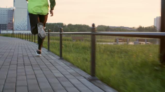 Beine-des-Mannes-am-Morgen-joggen