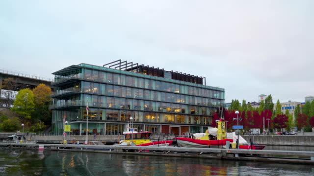 Ein-modernes-Gebäude-auf-einem-Hafengelände-in-Stockholm-Schweden
