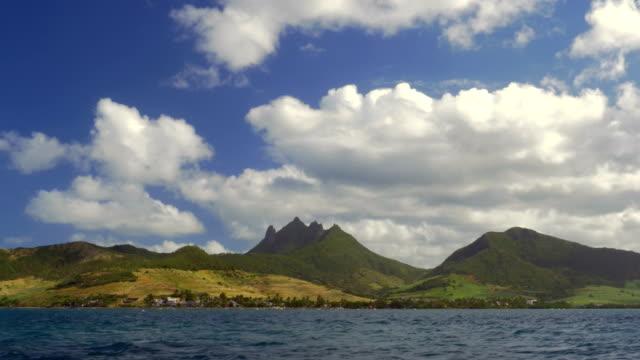 Vista-al-mar-de-isla-verde-con-montañas