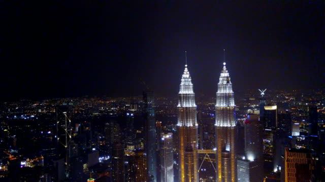 Hacia-la-derecha-vista-del-Kuala-Lumpur-durante-la-noche-junto-a-la-torre-KLCC-
