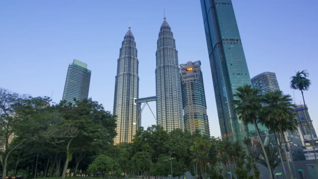 Por-la-mañana-en-el-parque-cerca-de-las-Torres-Petronas-Lapso-de-tiempo