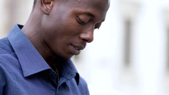 Relajado-negro-africano-hombre-de-la-calle-escribiendo-en-su-tableta-digital