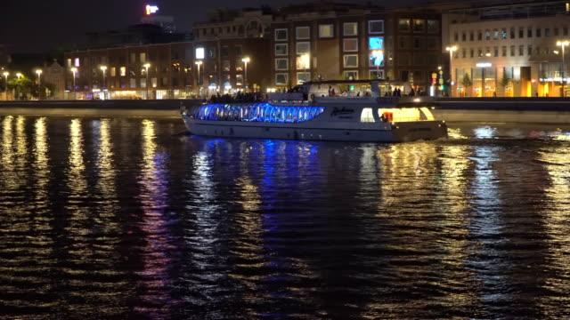 tráfico-de-embarcaciones-de-recreo-en-la-Ribera-de-la-ciudad-de-la-noche