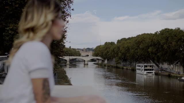 hermosa-mujer-borrosa-triste-mirando-el-río-en-Roma-Italia