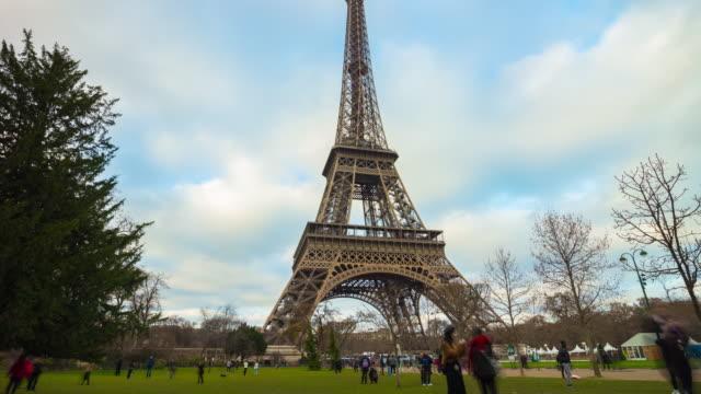 sonnigen-Tag-Frankreich-beliebtesten-Denkmal-Paris-Eiffel-Tower-Park-Panorama-4k-Zeitraffer