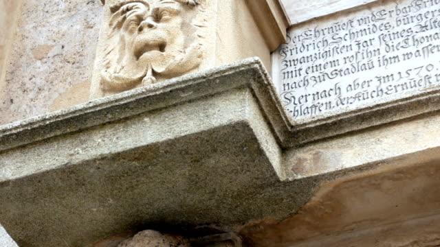 Nahaufnahme-des-Stephanus-Kirche-Turm-der-Kathedrale-in-Wien-goldenes-Kreuz-in-bewölkten-Tag
