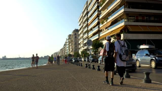 Dos-niños-pequeños-caminando-por-el-paseo-marítimo-de-Tesalónica-Grecia