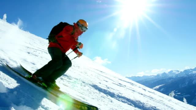 Snowboard-en-la-montaña-Nevada-de-la-persona