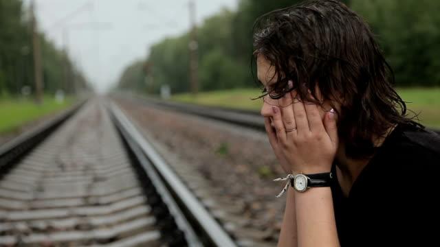 Chica-adolescente-llora-en-las-vías-del-ferrocarril
