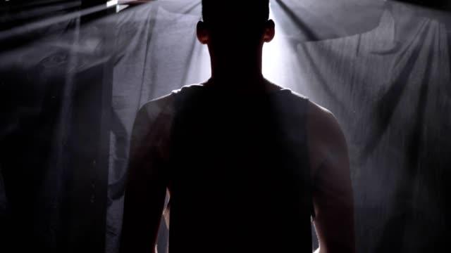 Rückseite-des-Basketball-Spieler-warten-in-nebligen-Dunkelkammer-und-Spiele-mit-ball