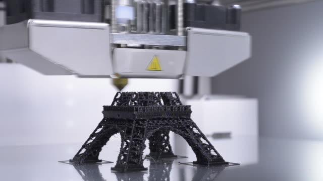 Impresora-3D-de-trabajo-un-modelo-de-la-Torre-Eiffel---4-0-de-la-industria-de-la-impresión