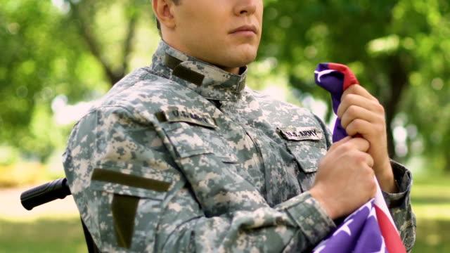 Soldado-con-discapacidad-llegando-a-memorial-para-conmemorar-a-todos-los-soldados-muertos-heroicamente