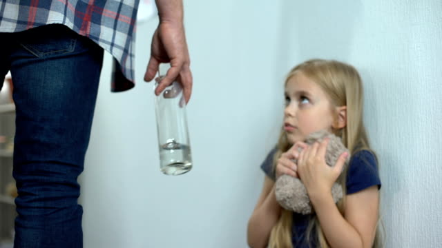 Violencia-doméstica-borracha-padre-infractor-niña-maltrato-de-niños