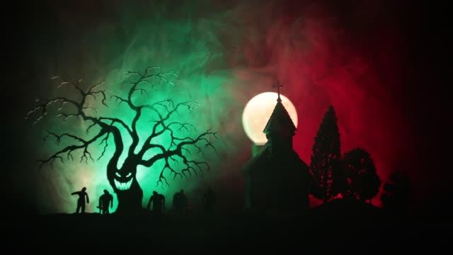 Beängstigend-Ansicht-von-Zombies-am-Friedhof-toter-Baum-Mond