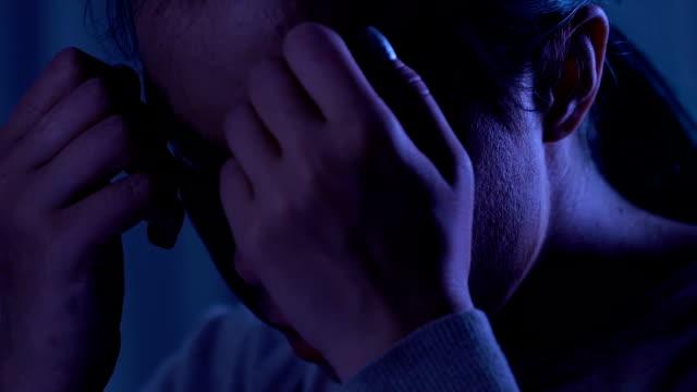 Hilflose-junge-Frau-schreiend-über-Schule-Mobbing-psychologische-Traumata