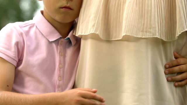 Adaptación-social-del-niño-con-autismo-madre-abrazando-niño-silencioso-psicología
