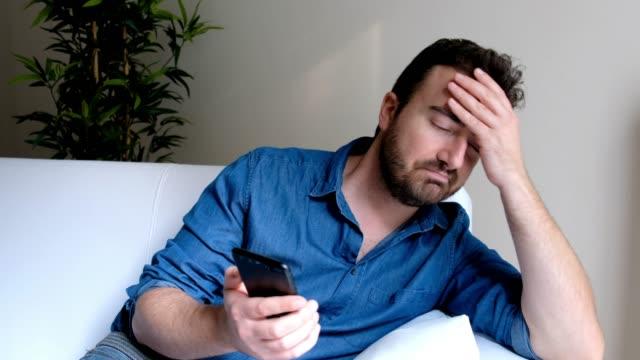 Hombre-deprimido-después-de-leer-el-mensaje-en-el-teléfono
