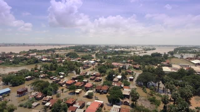 Luftbild-Drohne-über-überflutete-Dörfer-während-des-Monsunregens-erschossen