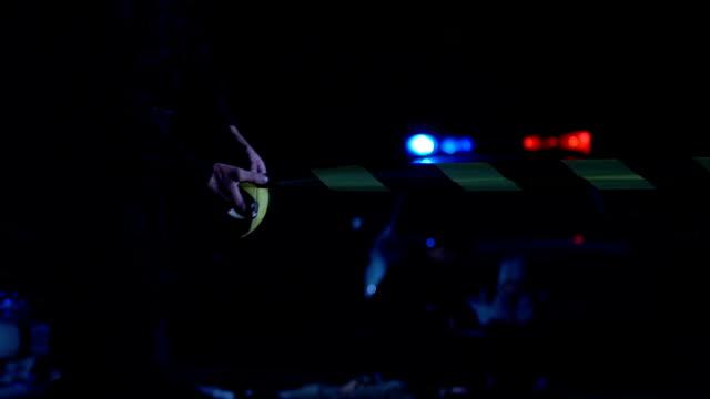 Oficial-de-policía-rodando-la-cinta-en-la-escena-del-crimen-proteger-a-prueba-de-curiosos