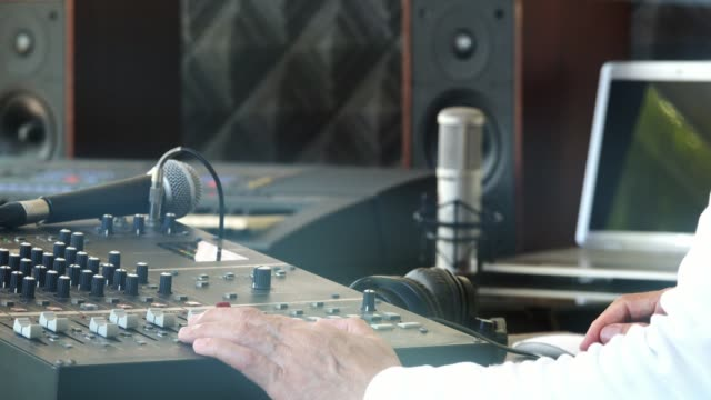 Arbeiten-im-Tonstudio-Musikproduzent-